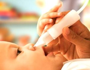 Очищение ноздрей малыша